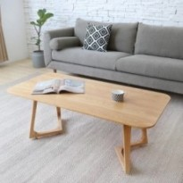 Salon simple en bois petite table basse en bois massif.